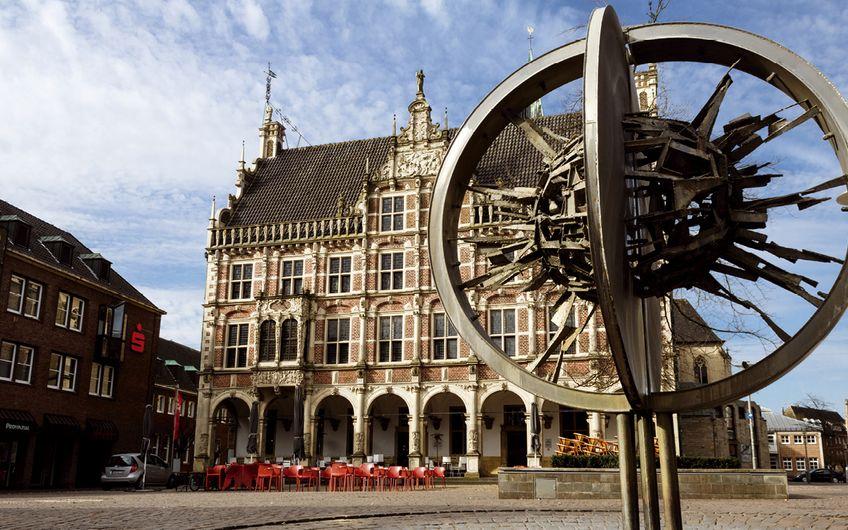 Das historische Rathaus ist ein Blickfang im Herzen der Stadt (Foto: ©Sebastian – stock.adobe.com)