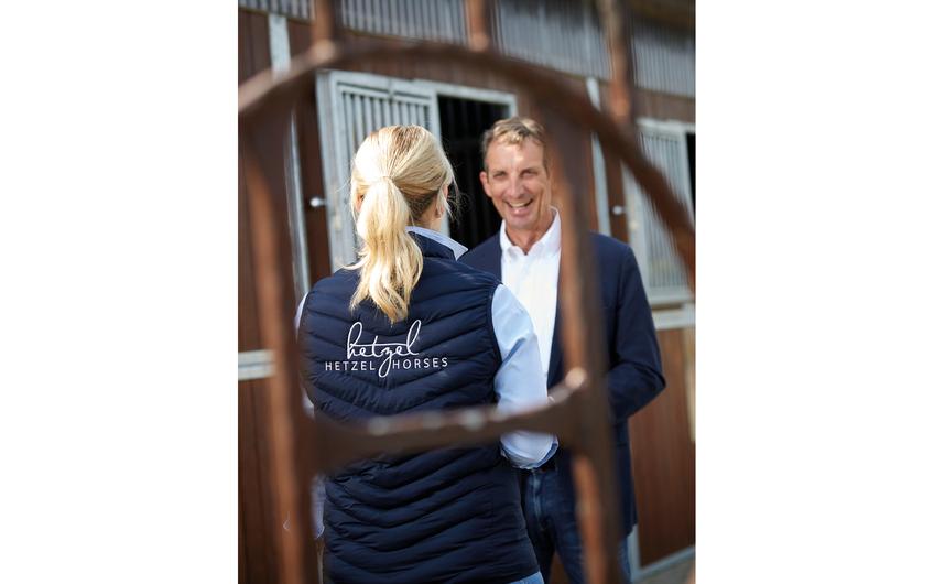 Holger Hetzel im Gespräch mit seiner Assistentin (Foto: Frank Wiedemeier)