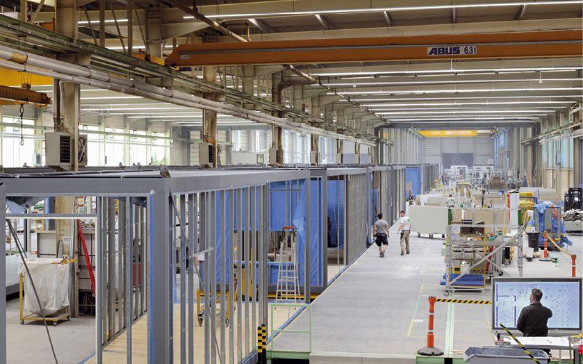 Ein Blick in die ALHO Raumfabrik veranschaulicht den Gedanken des seriellen, modularen Bauens. Durch Prozessoptimierung und -harmonisierung der Lean Production werden bei ALHO Durchlaufzeiten reduziert, die Produktivität gesteigert und die Qualität erhöht (Foto: Martin Laessig)