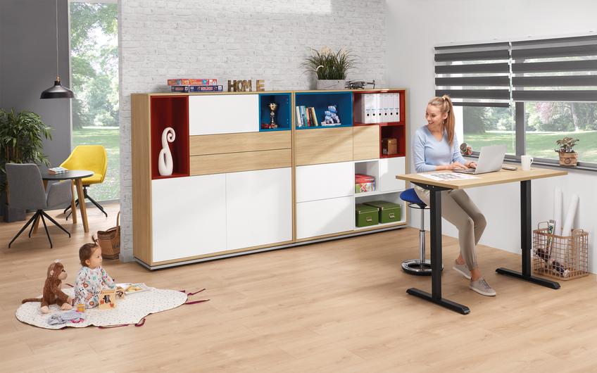 Mit einer Tiefe von nur 65 Zentimetern eignen sich professionelle Sitz-Steh-Schreibtische perfekt fürs Homeoffice