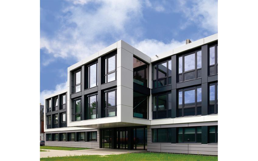 Beim auskragenden Element über dem Eingangsbereich scheinen beim Bürogebäude des DLR in Köln die Gesetze der Schwerkraft aufgehoben