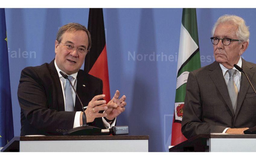NRW-Ministerpräsident Laschet und Stephan Holthoff-Pförtner, für die Ruhr-Konferenz zuständiger Minister für Bundes- und Europa-Angelegenheiten sowie Internationales (v.l.) Foto: Land NRW