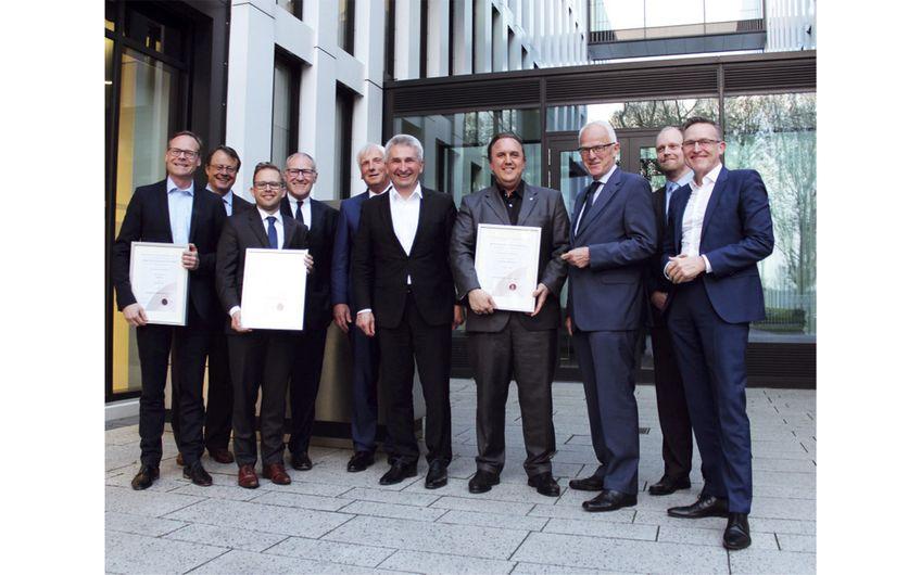 Übergabe der Urkunde zur Ernennung zum Int. Wirtschafts-Senator mit NRW-Wirtschaftsminister Pinkwart und NRW-Ministerpräsident a. D. Jürgen Rüttgers