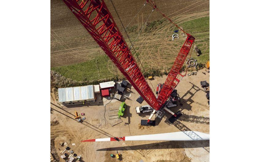 Wenn Hebetechnik bei der Windrad-Montage zum Einsatz kommt, wird's spektakulär (Foto: ©Tarnero – stock.adobe.com)