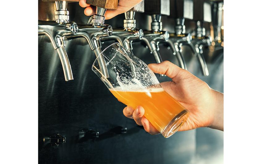 Verträge zwischen Brauereien und Gastronomen sind ein typisches Beispiel für vertikale Kooperation (© NDABCREATIVITY - stock.adobe.com)
