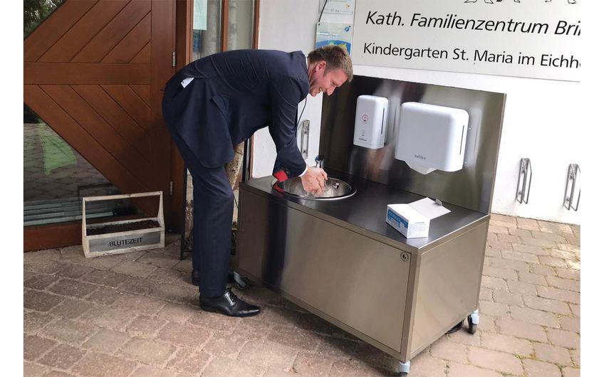 Der Politiker und MdB Professor Dr. Patrick Sensburg bei  der ausgiebigen Prüfung der Hygiene-Station für Kinder