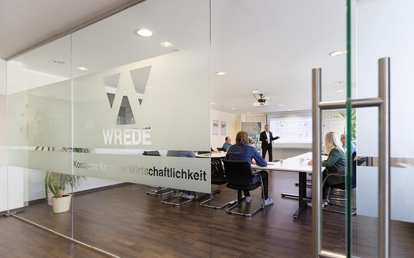Schulung im Wrede Business Center: Beratungsleiter Carsten Wilmes (Mitte)