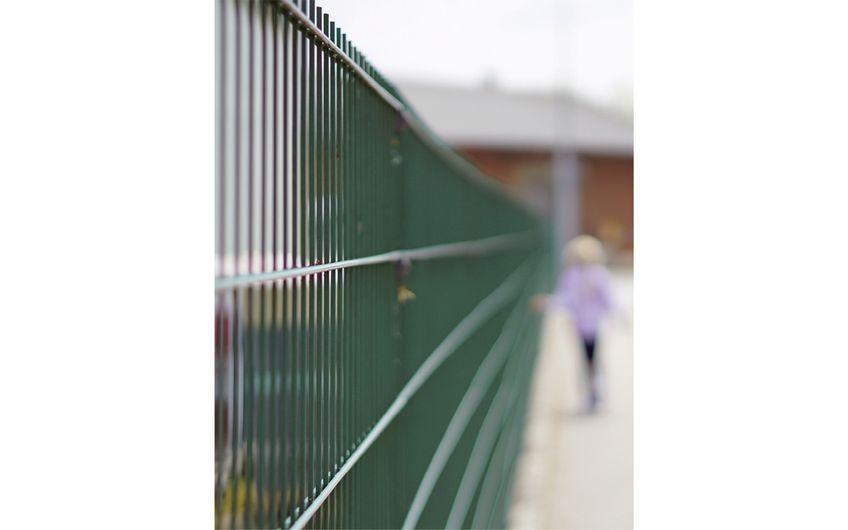 Zäune und Technik schützen Werte (Foto: ©YourPictureRocks – stock.adobe.com)
