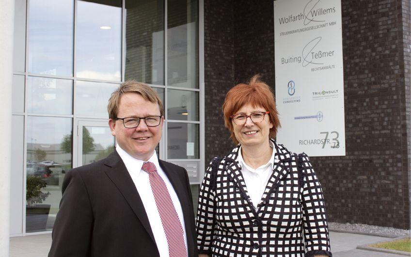 Michael Hanke, Geschäftsführer bei Wolfarth & Willems, und Brigitte Jansen,  Vorstand der wir4-Wirtschaftsförderung, vor dem modernen Unternehmensgebäude