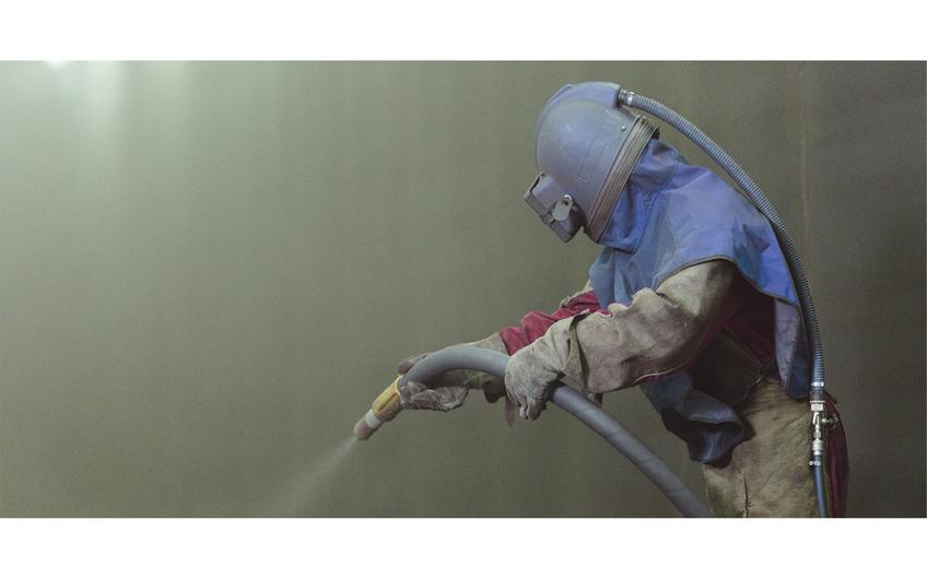 Sandstrahlen eines Service-Dienstleisters (Foto: ©Yauhen Leukavets – stock.adobe.com)