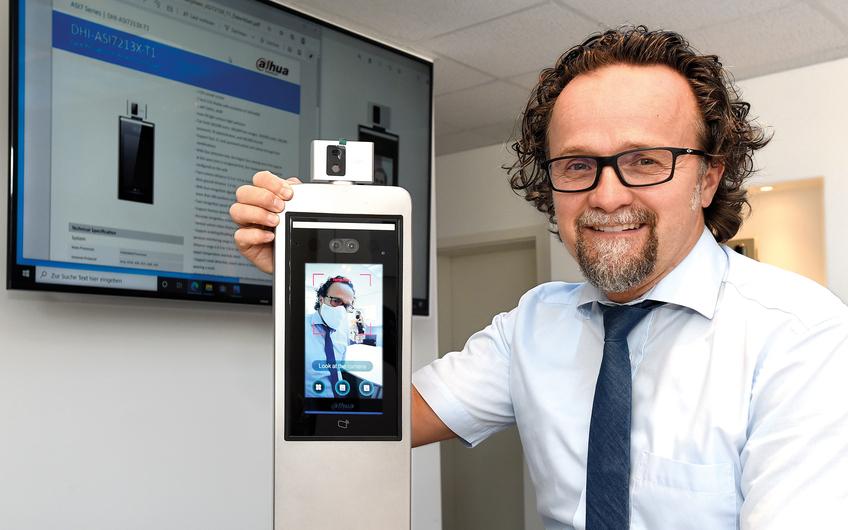 Geschäftsführer Erich Zürn präsentiert die neue Kamera für die Corona-Zugangskontrolle