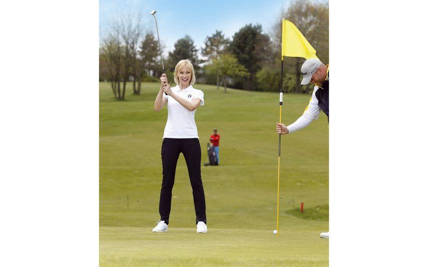 Lisa Loch, Golf-Neuling in Essen-Heidhausen (zurzeit lässt man die Flagge beim Einlochen einfach stecken, Corona-Sonderregel)