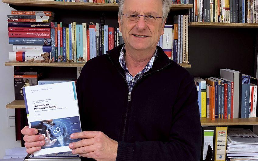 """Drei Jahre arbeitete Professor Wilfried Jungkind an dem Werk """"Handbuch zur Prozessoptimierung"""": Industrial Engineering"""