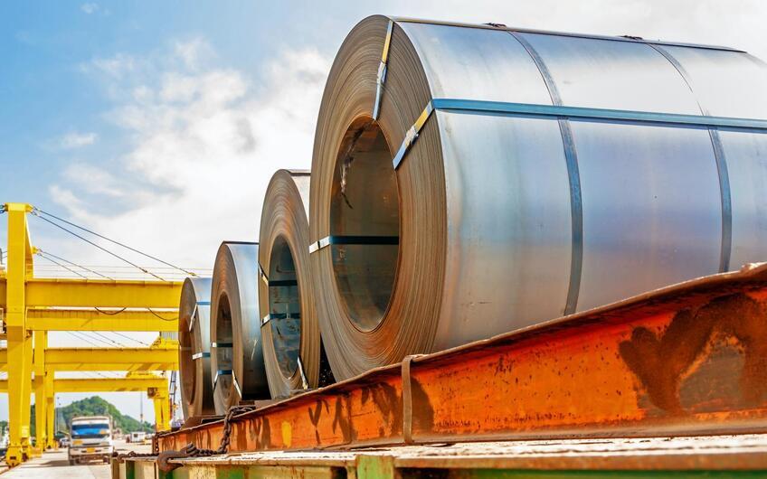 Zu Rollen gewickelter Stahl, auch Coil genannt.  Foto: © taitai6769 – stock.adobe.com