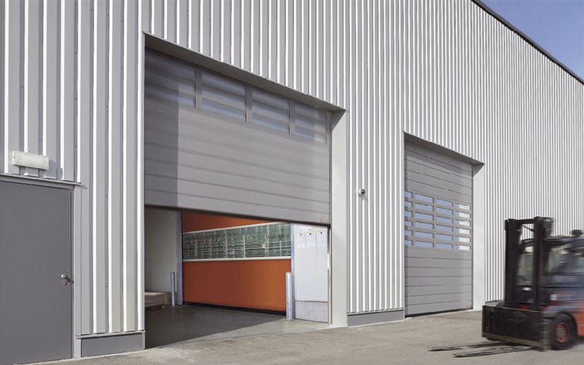 Industrietore von Inovator und Bernaisch beschleunigen Intralogistikprozesse und senken Energiekosten