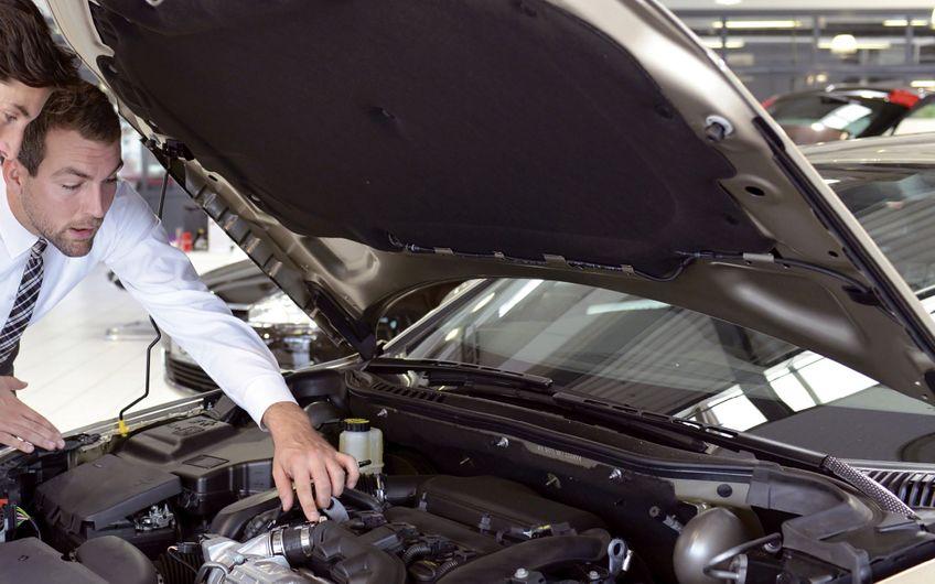 Kundenberatung wird weiter eine  wichtige Aufgabe des Autohandels bleiben (Foto: ©industrieblick– stock.adobe.com)