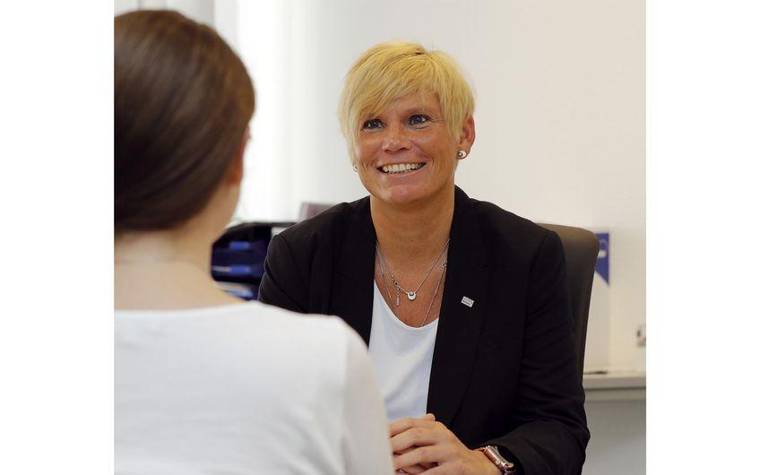 Niederlassungsleiterin Stephanie Hielscher im Gespräch mit einer Bewerberin (Fotos: Holger Bernert)