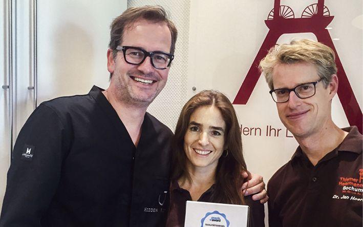 Der Praxis+Award zeichnet das gesamte Praxisteam für vorbildliche Patientenkommunikation aus. Ein Grund zur Freude für Dr. Jörn Thiemer, Dr. Simone Thiemer und Dr. Jan Heermann (v.l.)
