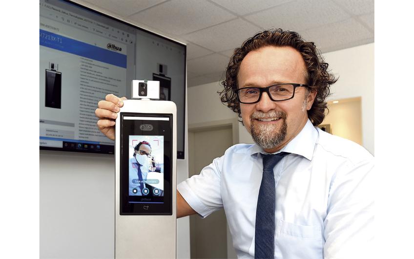 Geschäftsführer Erich Zürn präsentiert die neue Kamera für die Corona-Zugangskontrolle (Foto: Gerd Lorenzen)