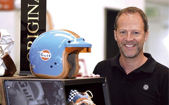 Geschäftsführer Frank Fiegenschuh hat in seinem Autohaus einen Shop der Lifestyle-Marke Grandprix Originals  Foto: Gerd Lorenzen